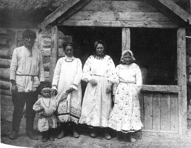 Семья в праздничный день. Орловская губ., Севский у., д. Захарове. 1911