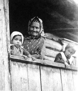 Бабушка с внуками. Новгородская губ., Крестецкий у. Нач. XX в.