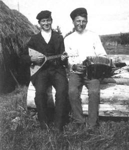 Парни в праздничный день. Пермская губ., Охановский у., д. Осиновка. 1913